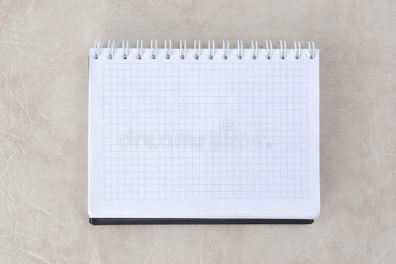 Öffnen Sie Notizbuch mit Spirale, auf Papierhintergrund Foto mit Kopienraum lizenzfreie stockfotos