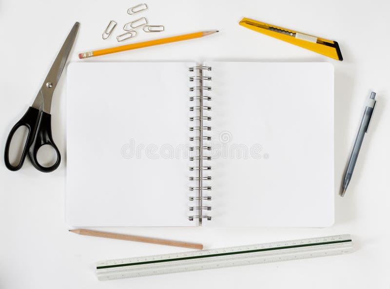 Öffnen Sie Notizbuch mit stationaries lizenzfreies stockfoto