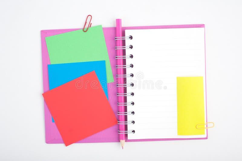 Öffnen Sie Notizbuch- und Schul- oder Bürowerkzeuge auf weißem Hintergrund lizenzfreie stockfotografie