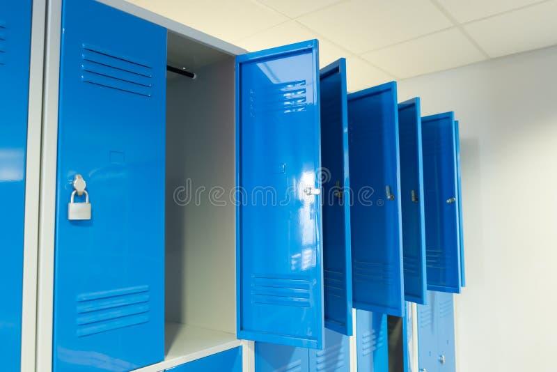 Öffnen Sie Schließfächer im Raum stockbilder