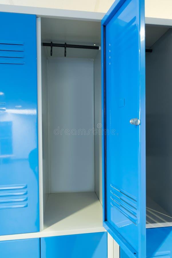 Öffnen Sie Schließfächer im Raum lizenzfreies stockbild