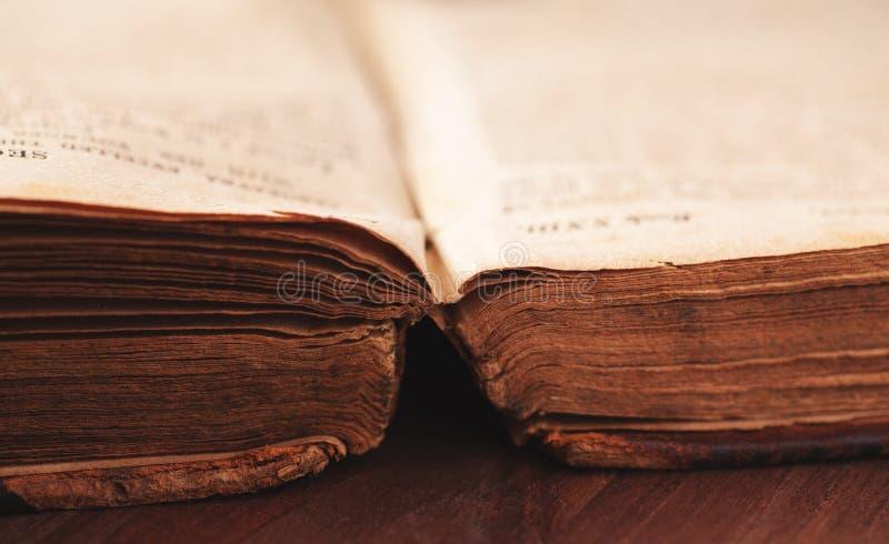 Öffnen Sie sehr altes Buch auf Holztisch lizenzfreies stockbild