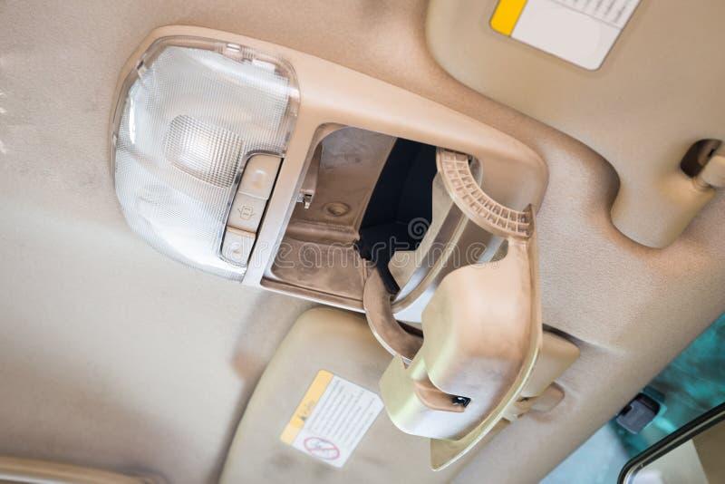 Öffnen Sie Sonnenbrillekasten/Fall oder Magazin und heller Knopfschalter im Auto lizenzfreies stockbild