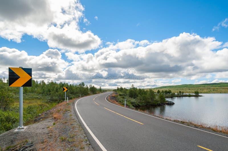 Öffnen Sie Straße Bendy Straße Leere Straße ohne Verkehr in der Landschaft Landwirtschaftliche Landschaft Szenischer Weg Ryfylke  stockfotos