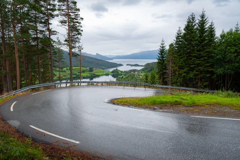 Öffnen Sie Straße Hinunter eine bendy, curvy Straße Leere Straße ohne Verkehr in der Landschaft am regnerischen Tag Landwirtschaf stockfoto