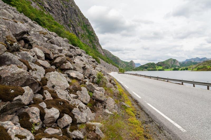 Öffnen Sie Straße Leere Straße ohne Verkehr in der Landschaft Landwirtschaftliche Landschaft Szenischer Weg Ryfylke norwegen euro lizenzfreie stockfotografie
