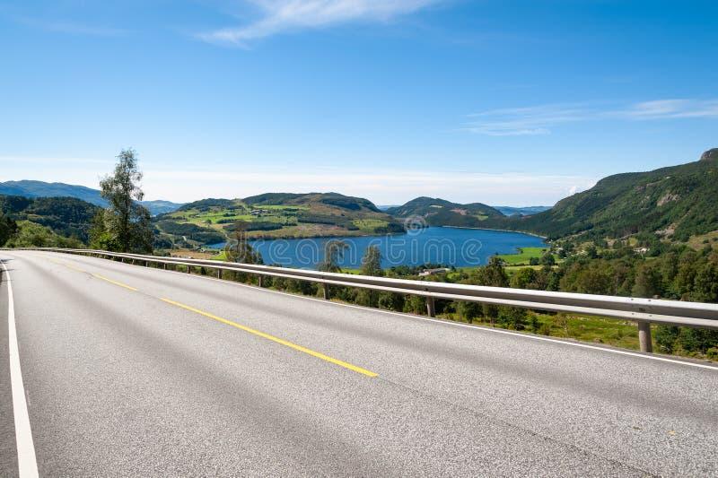Öffnen Sie Straße Leere Straße ohne Verkehr in der Landschaft Landwirtschaftliche Landschaft Szenischer Weg Ryfylke norwegen euro lizenzfreie stockbilder