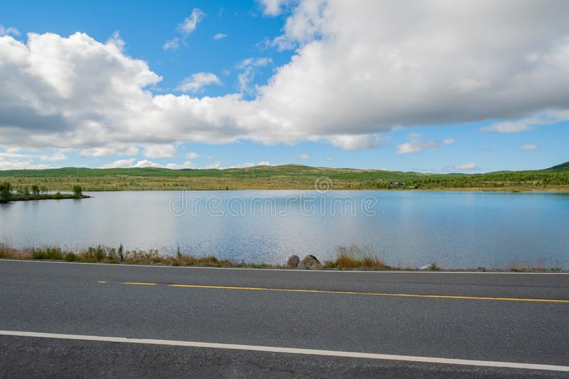 Öffnen Sie Straße Leere Straße ohne Verkehr in der Landschaft Landwirtschaftliche Landschaft Szenischer Weg Ryfylke norwegen euro stockbild