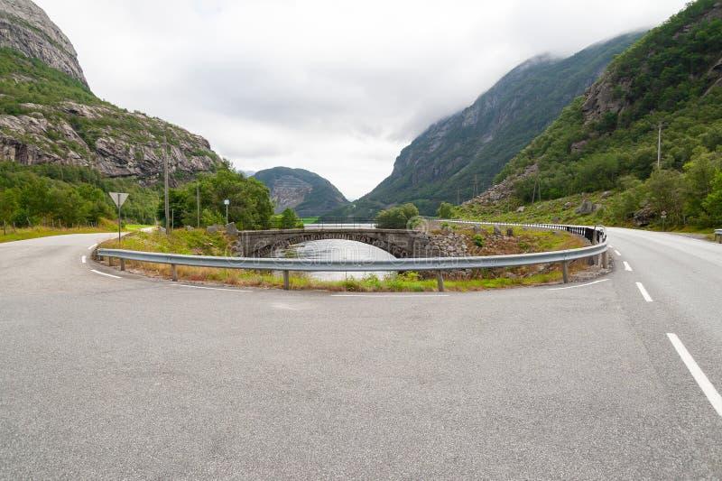 Öffnen Sie Straße Wende Leere Straße ohne Verkehr in der Landschaft Landwirtschaftliche Landschaft Szenischer Weg Ryfylke norwege lizenzfreies stockfoto