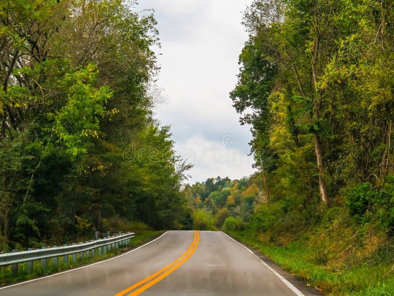 Öffnen Sie Straßen-Landstraße in Kentucky-Land stockbilder