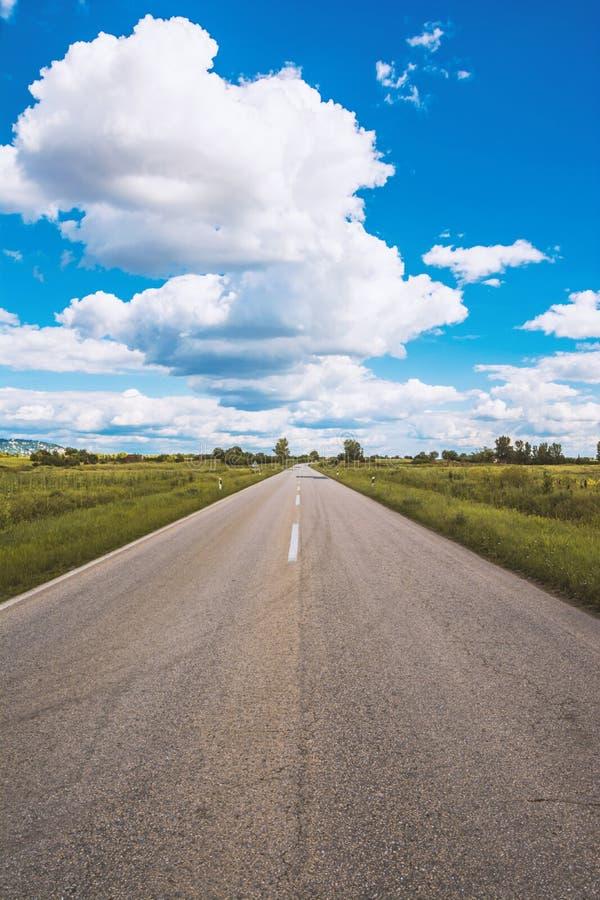 Öffnen Sie Straßen- und Kumuluswolken, Vrsac, Serbien stockfotografie