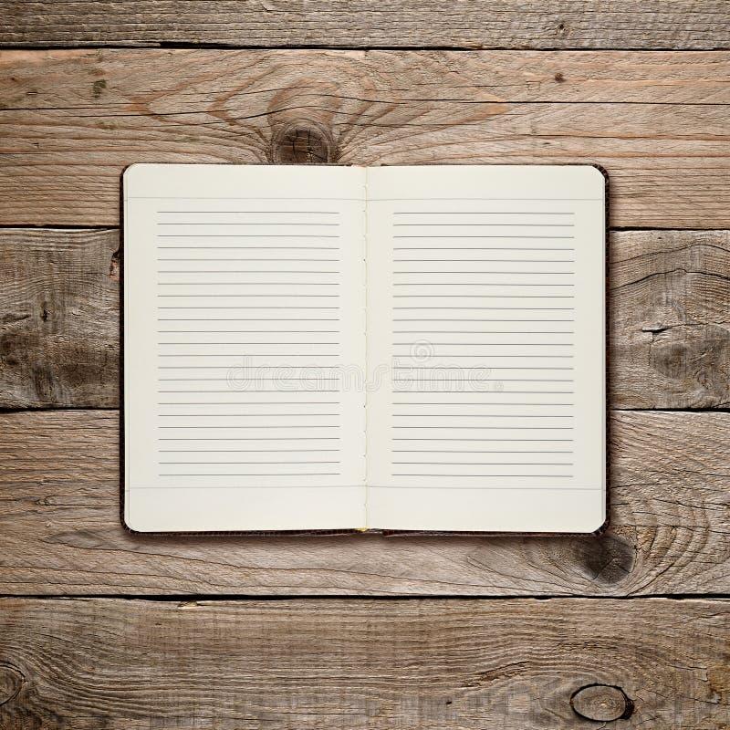 Öffnen Sie Tagebuch auf Holz lizenzfreies stockfoto