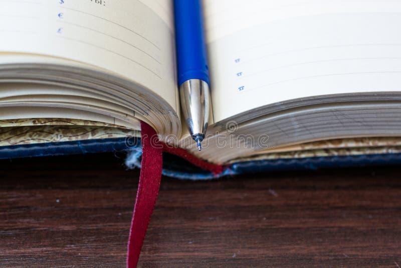 Öffnen Sie Tagebuchnotizbuch mit Bookmark lizenzfreies stockfoto