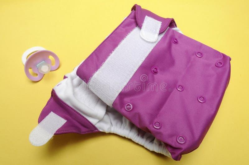 Öffnen Sie Tuch-Windel mit Attrappe auf gelbem Hintergrund stockfotos