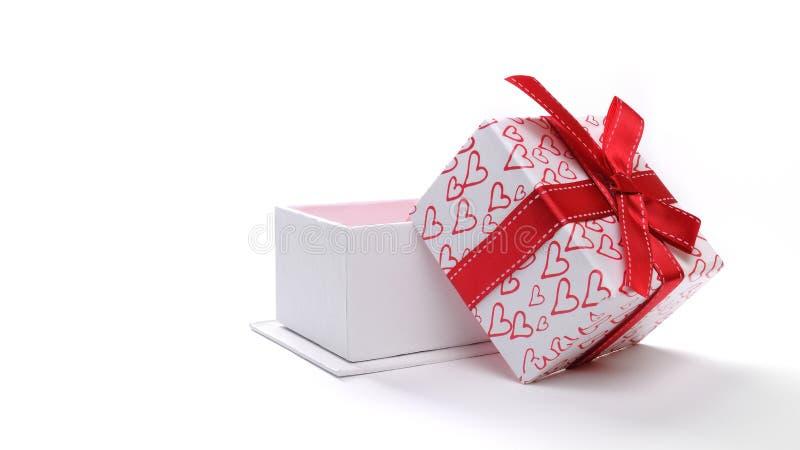 Öffnen Sie weiße Geschenkbox mit Bogen und gemalte Herzen lokalisierten Front lizenzfreie stockfotos