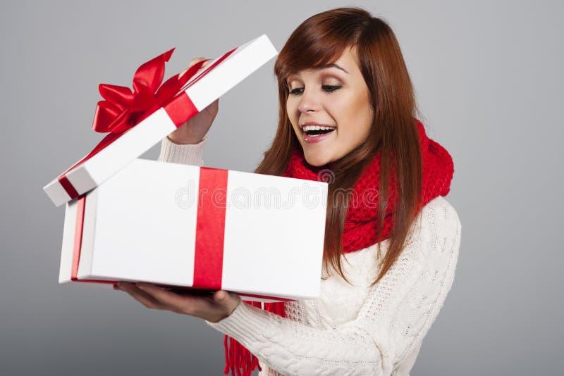 Öffnende Geschenke stockfotos