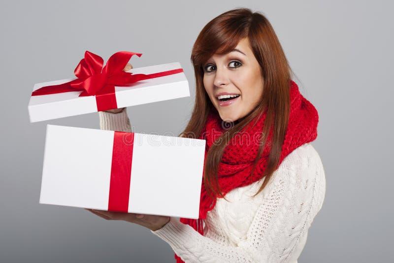 Öffnende Geschenke lizenzfreie stockbilder