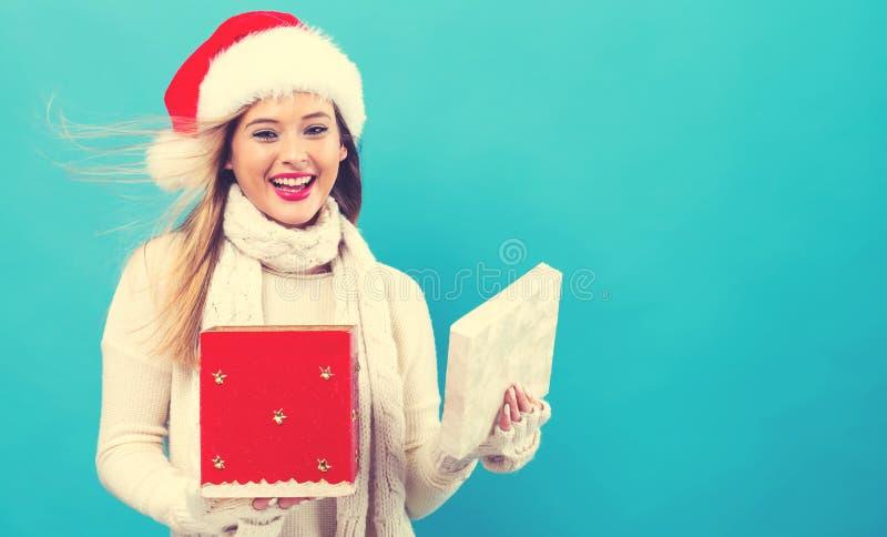 Öffnung der jungen Frau eine Weihnachtsgeschenkbox stockbilder