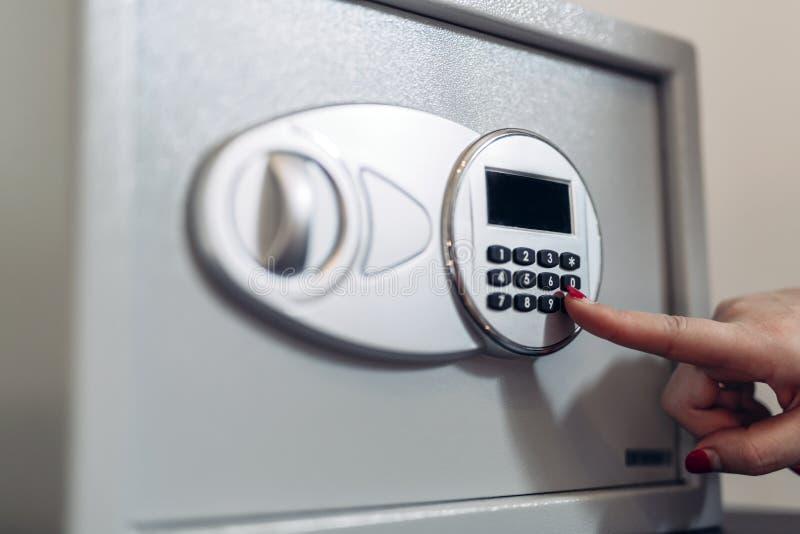 Öffnung eines Safes stockbild