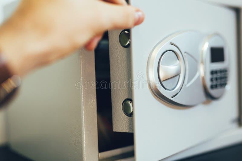 Öffnung eines Safes stockfotografie
