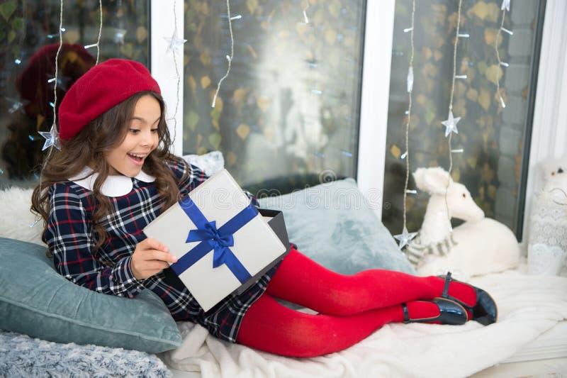 Öffnungs-Weihnachtsgeschenk Kleines nettes Mädchen empfing Feriengeschenk Beste Weihnachtsgeschenke Kind aufgeregt über das Auspa lizenzfreie stockfotos