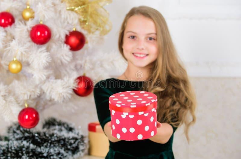 Öffnungs-Weihnachtsgeschenke Träume kommen zutreffend Bestes für unsere Kinder Kindermädchen nahe Weihnachtsbaum-Griffgeschenkbox lizenzfreie stockbilder