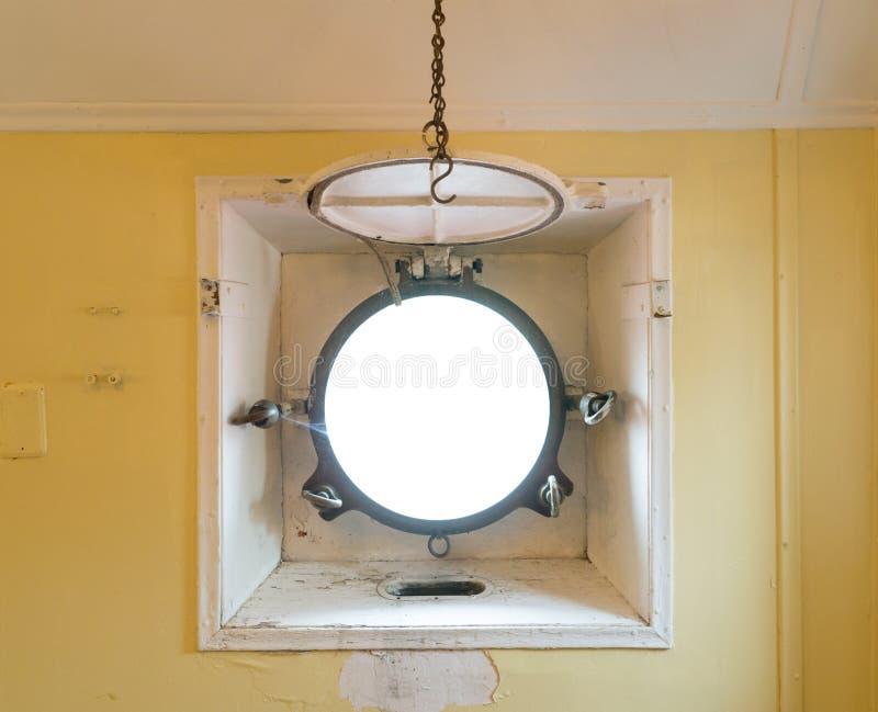 Öffnungsfenster auf einem Schiff lizenzfreie stockbilder