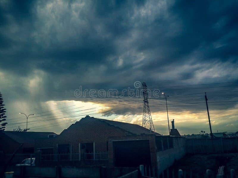 Öffnungshimmelwolken lizenzfreie stockfotografie