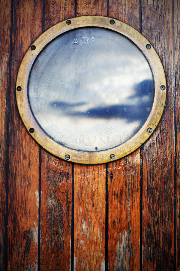 Öffnungsschiffsfenster auf Holztüren, Himmelreflexion lizenzfreies stockbild