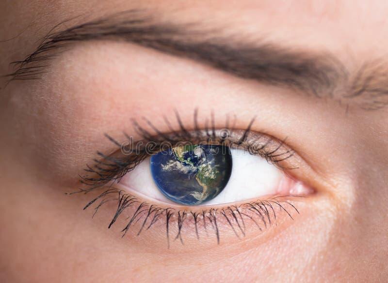Öga med jorden inom. arkivfoton