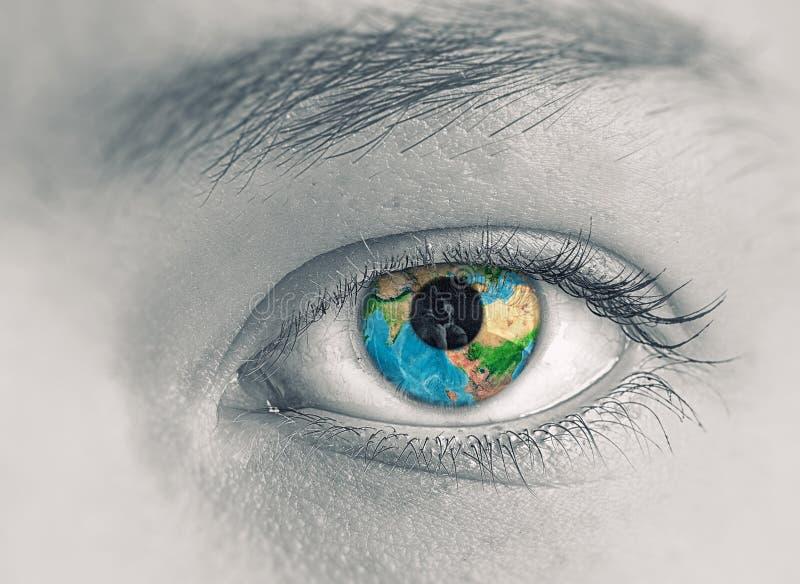Öga med jordplaneten arkivbild