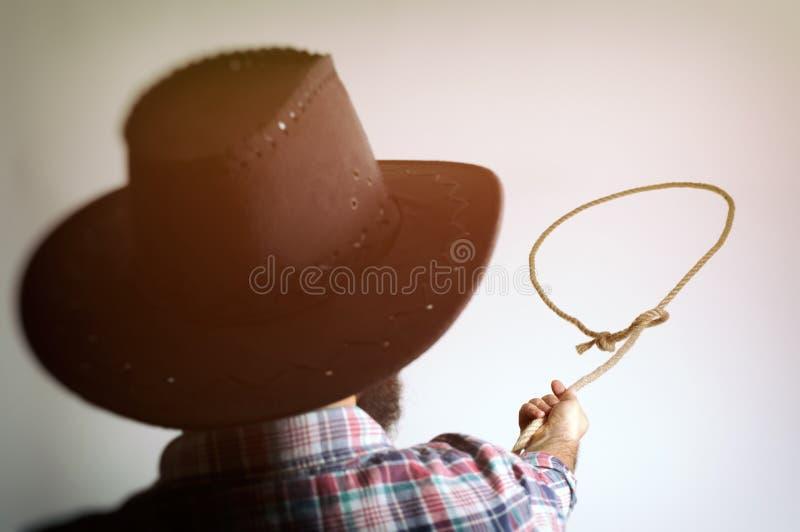 Ögla av lasson i händerna av en cowboy royaltyfri fotografi