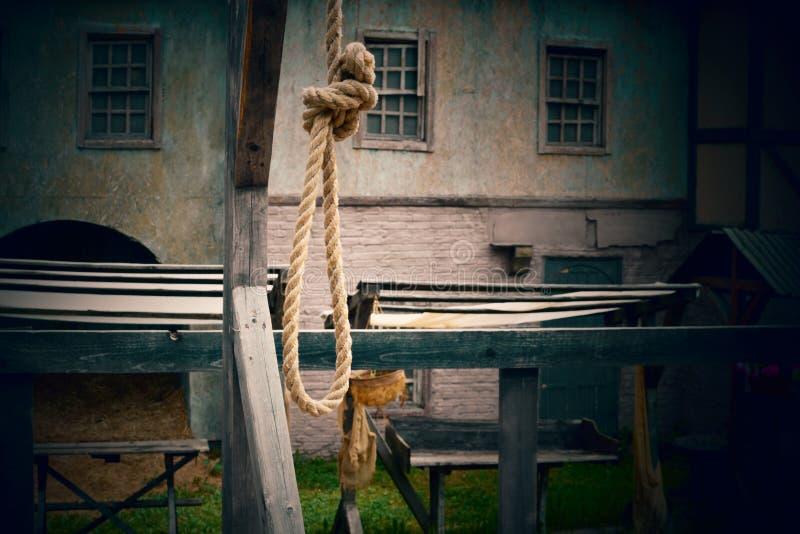 Ögla från ett rep för den hängda mannen på en ställning royaltyfria bilder