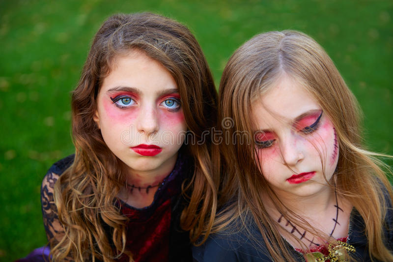 Ögon för flickor för allhelgonaaftonmakeupunge blåa i utomhus- gräsmatta royaltyfri bild