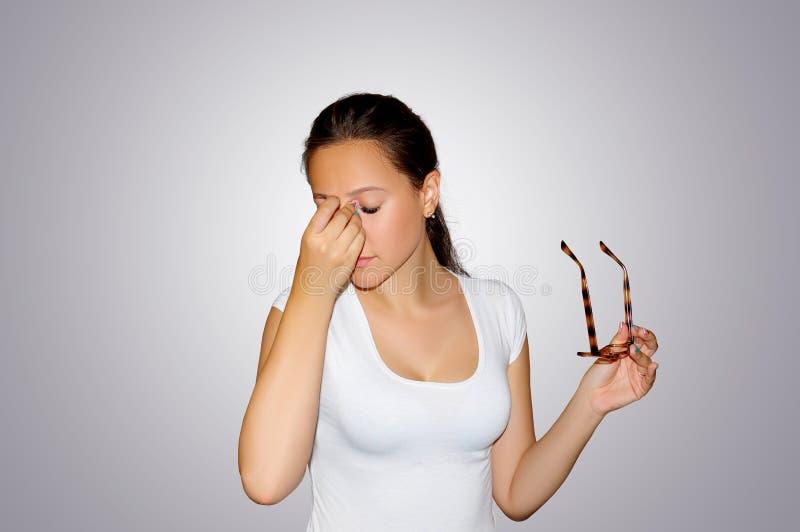 Ögon smärtar Härligt trött olyckligt kvinnalidande från starkt öga smärtar Closeupstående av den ledsna kvinnlign Känsla av spänn royaltyfria bilder