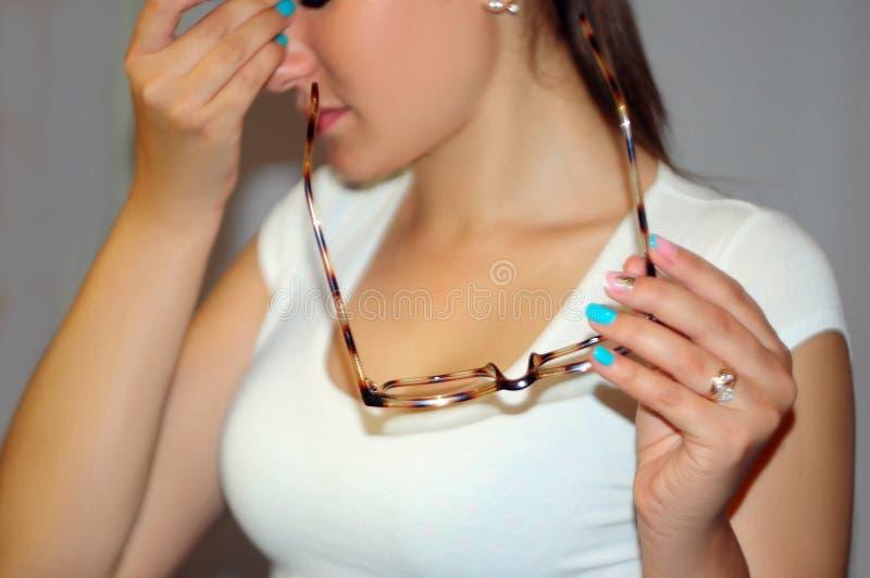 Ögon smärtar Härligt trött olyckligt kvinnalidande från starkt öga smärtar Closeupstående av den ledsna kvinnlign Känsla av spänn fotografering för bildbyråer