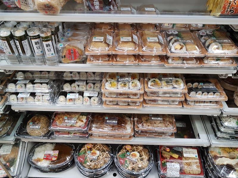 Ögonblicklig kall lagad mat mat, i att förpacka som är till salu på 7-Eleven, shoppar i Osaka, Japan arkivbild