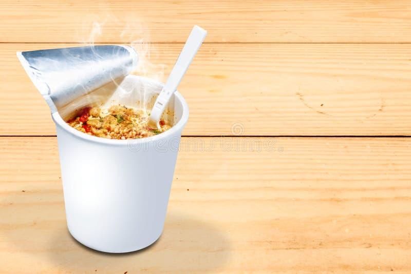 Ögonblicklig koppnudel med gaffeln royaltyfri bild