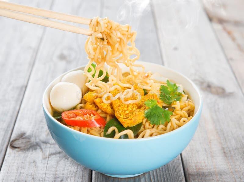 Ögonblickliga nudlar för varm och kryddig curry fotografering för bildbyråer