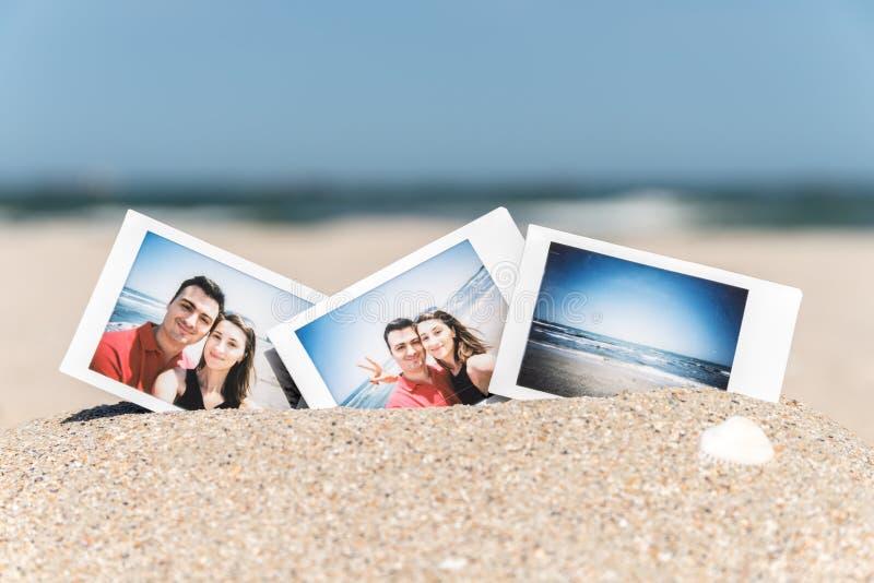 Ögonblickligt foto av unga lyckliga par för pojkvän och för flickvän royaltyfria foton