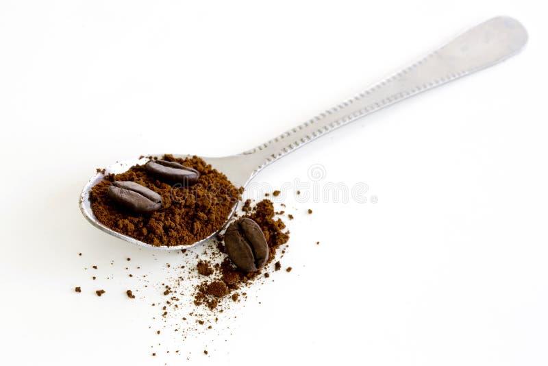 Ögonblickligt kaffe med stekkaffebönan i skeden arkivfoton