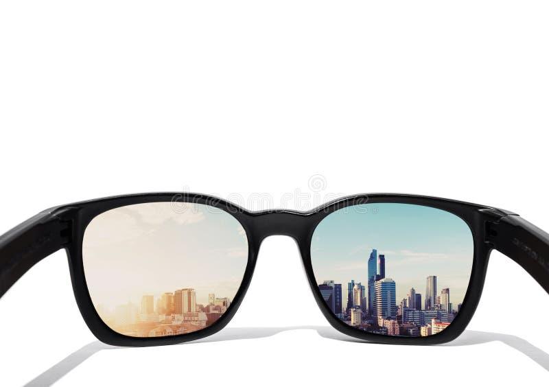 Ögonexponeringsglas som ser till staden, beskådar, fokuserat på exponeringsglaslinsen arkivfoto