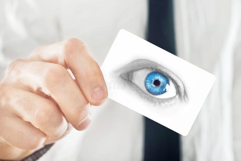 Ögonläkare som ger hans visitkort arkivfoto