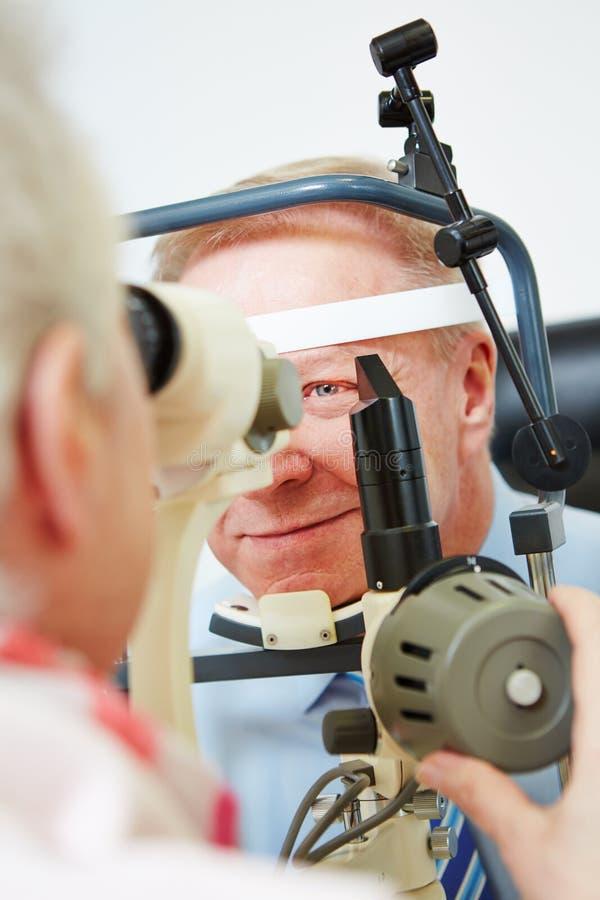 Ögonläkare som mäter hornhinnan av åldring arkivbilder