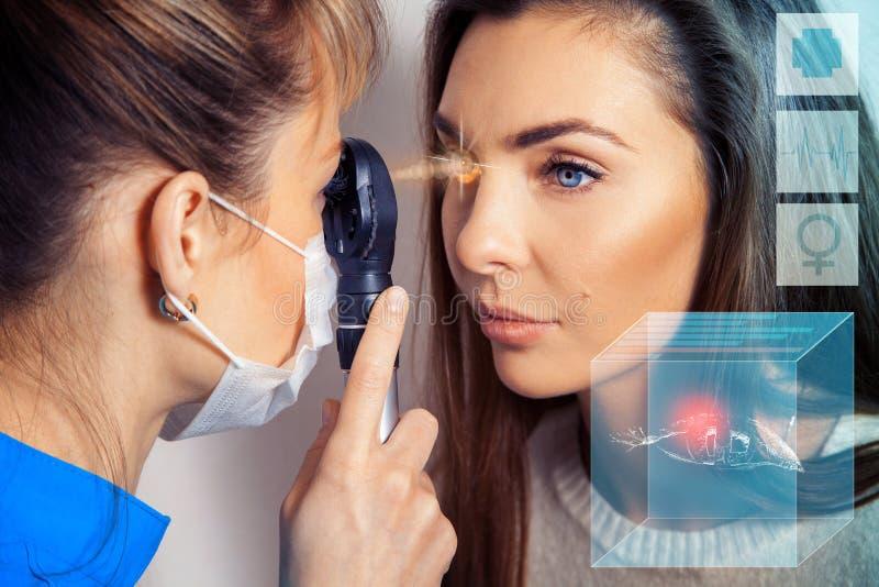 Ögonläkaren undersöker ögonen genom att använda en devic ögon- laser arkivbilder