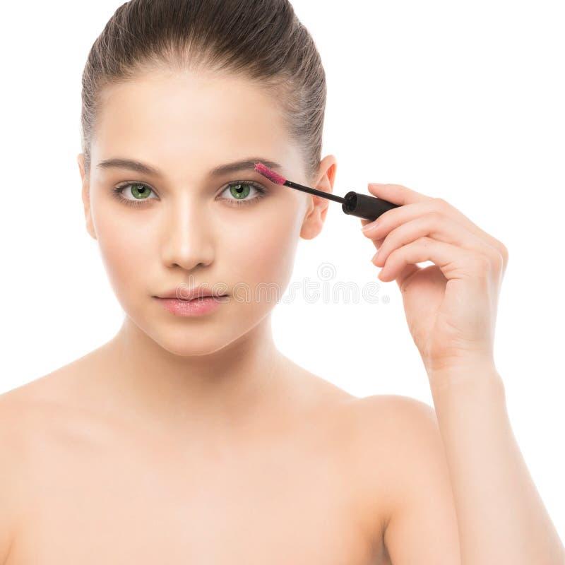 Ögonsminket applicerar Mascara som applicerar closeupen, långa snärtar Makeupborste isolerat arkivfoto