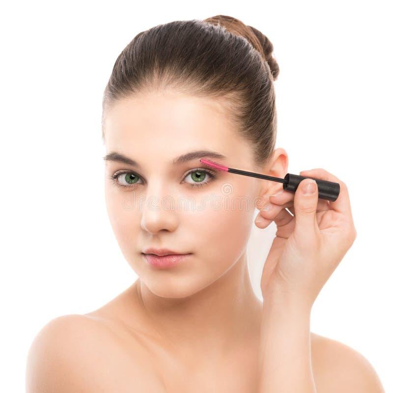 Ögonsminket applicerar Mascara som applicerar closeupen, långa snärtar Makeupborste isolerat royaltyfri bild