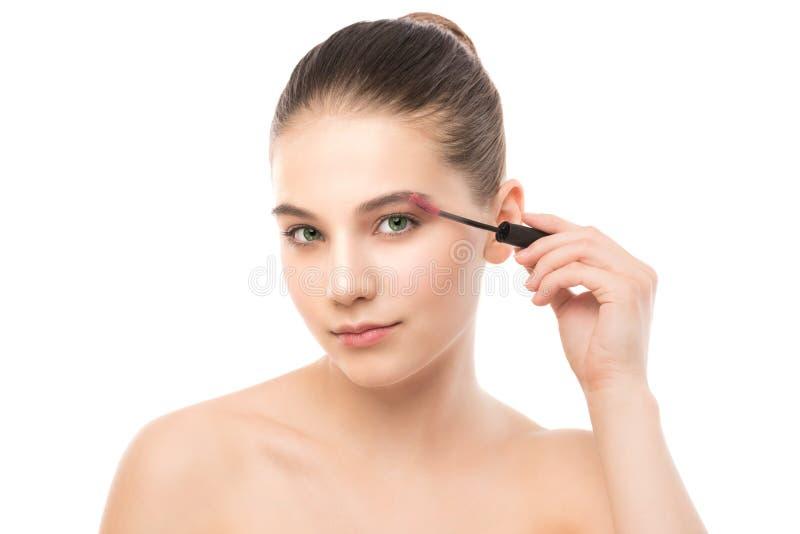 Ögonsminket applicerar Mascara som applicerar closeupen, långa snärtar Makeupborste isolerat royaltyfria bilder