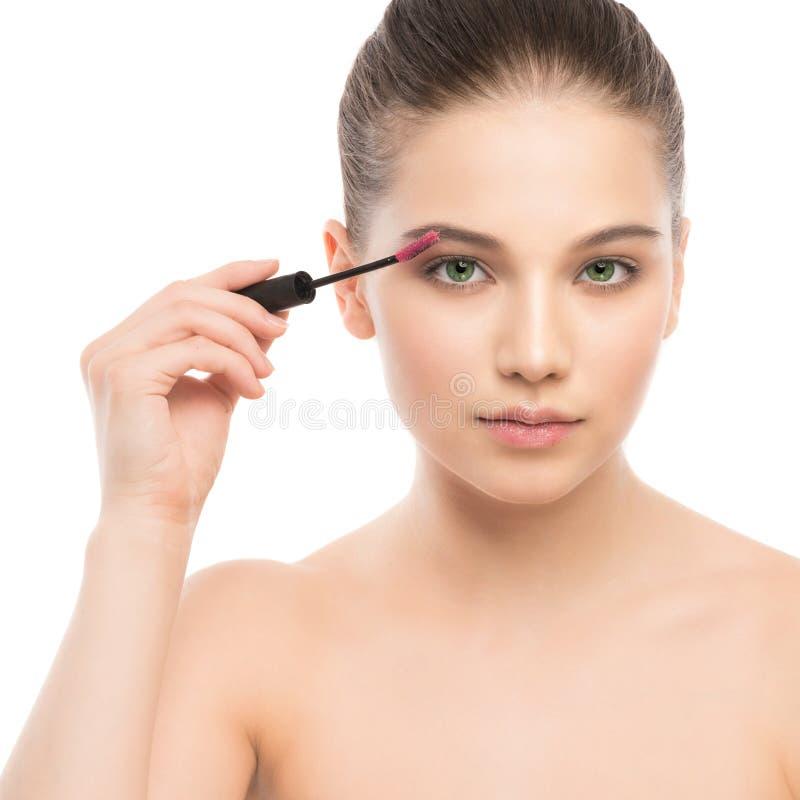 Ögonsminket applicerar Mascara som applicerar closeupen, långa snärtar Makeupborste isolerat arkivfoton