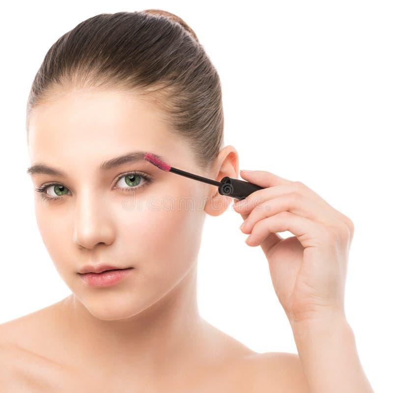 Ögonsminket applicerar Mascara som applicerar closeupen, långa snärtar Makeupborste isolerat fotografering för bildbyråer